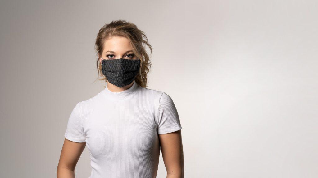 Frau mit Corona-Maskenschutz